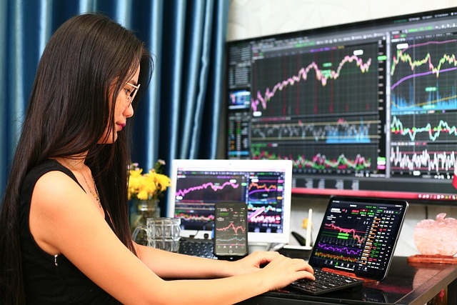 wykresy na monitorach komputerowych